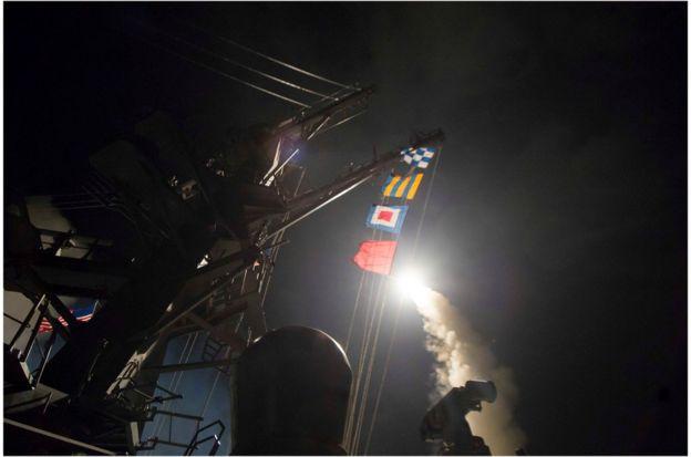 美國海軍導彈驅逐艦羅斯號(USS Ross)在地中海東部向敘利亞發射戰斧巡航導彈。