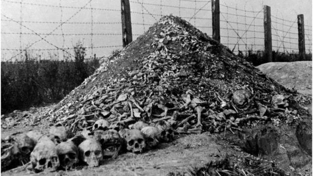 Останки жертв фашизма. Такую картину увидели советские солдаты, освободив концлагерь Майданек в Польше в 1944 году