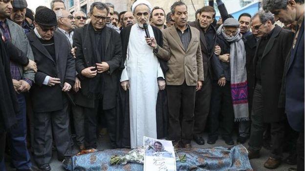 نماز میت برای پوران شریعت رضوی در پیادهروی کنار حسینیه ارشاد با حضور احمد منتظری و احسان شریعتی