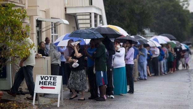 Cola de personas para votar en las elecciones del 6 de noviembre de 2012 en St. Petersburg, Florida
