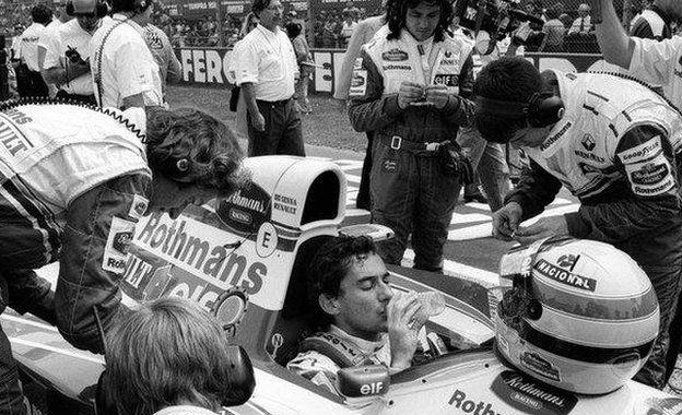 Ayrton Senna sentado en su Williams antes de la carrera en el circuito de Imola en 1994.