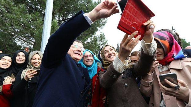 Ahmet Davutoğlu, Başbakanlık yaptığı 2015 yılında İstanbul Şehir Üniversitesi'ni ziyaret etmiş, öğrencilerle biraraya gelmişti.