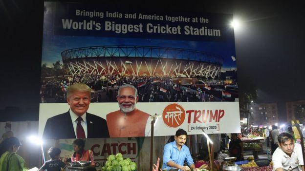 अहमदाबाद में ट्रंप के दौरे से जुड़े पोस्टर, जिन पर आयोजक का नाम नहीं है.