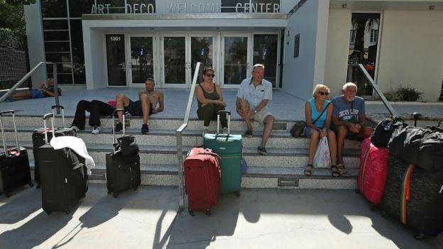 Turistas en escaleras