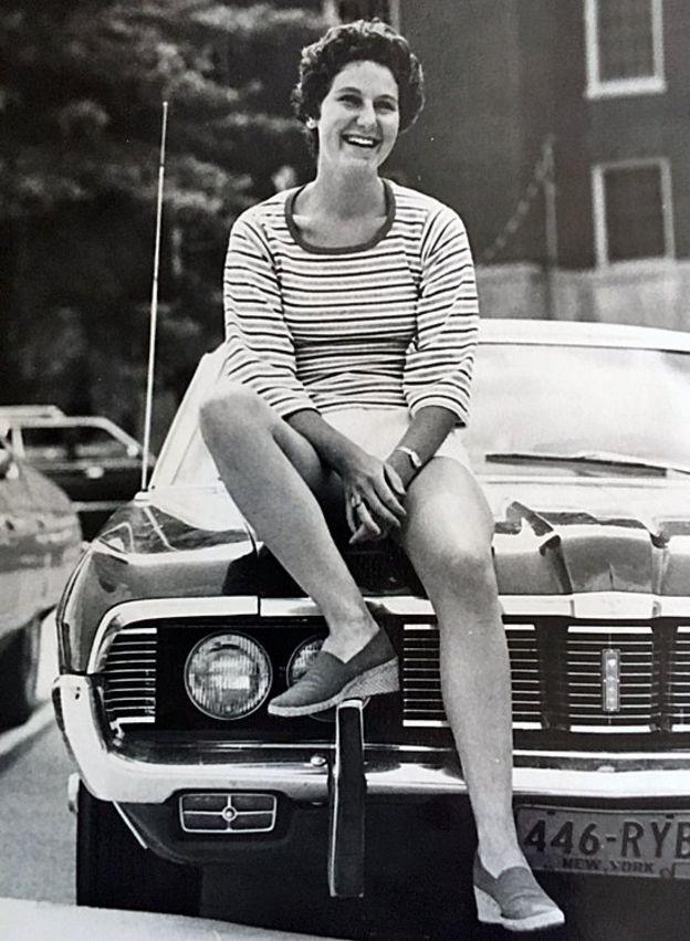 Maryann Gray en 1975 o 1976 ante el vehículo que utilizaba en el momento del accidente (Foto: cortesía de Maryann Gray).