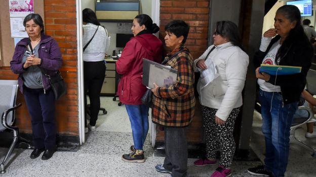 Fila en hospital de Colombia
