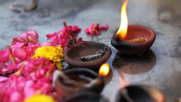 Velas de aceite de coco y flores en Madras
