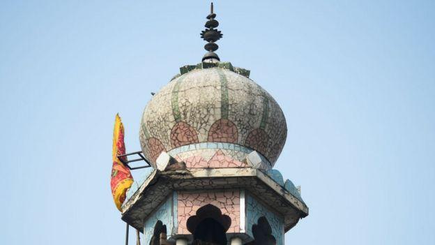 শোক নগর এলাকার 'বড় মসজিদে' আগুন দিয়ে 'হিন্দু পাতাকা' উড়িয়ে দেওয়া হয়।