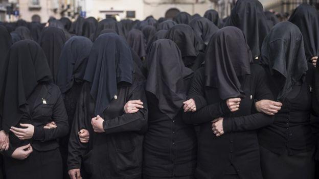 Mujeres en una procesión católica