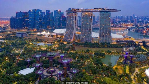 新加坡疫情控制得当,确诊人数没有出现大爆发的曲线