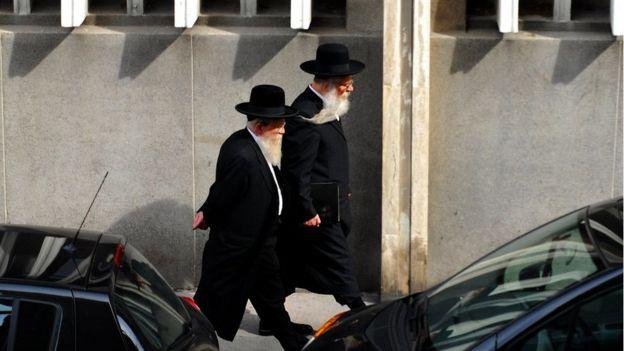 Marsilya'da yürüyen iki Ortodoks Yahudi