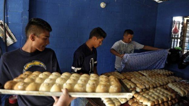 Expandilleros en un taller de pan.