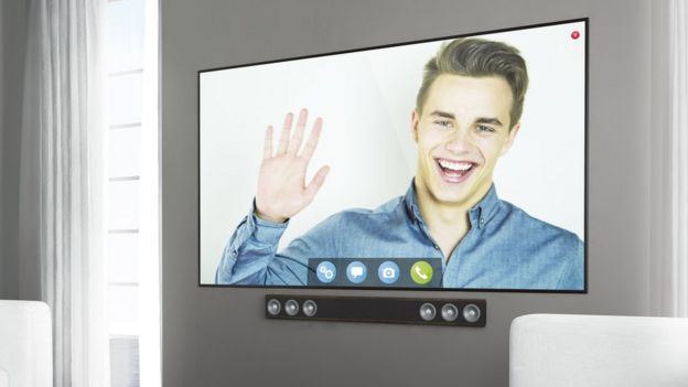 Videollamada en televisor inteligente.