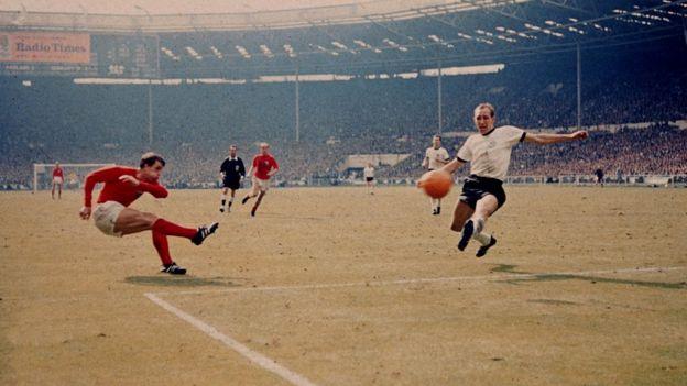 英格蘭將德國視為足球場上的死敵;圖為1966年世界杯決賽,赫斯特(左)為英格蘭隊的進球是史上最有爭議的入球之一。
