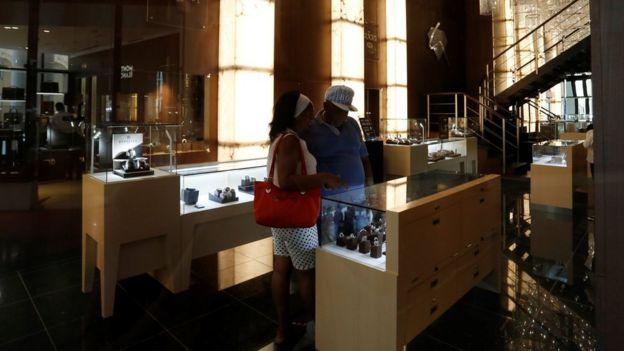 Una pareja de cubanos mirando relojes