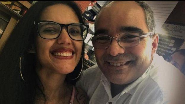 Raquel y Edward sonriendo en un selfie