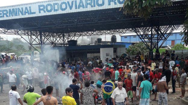 Manifestantes protestam queimando objetos em Pacaraima