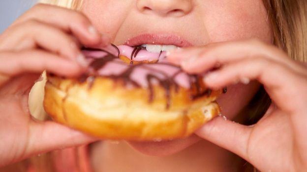 Mulher comendo donut