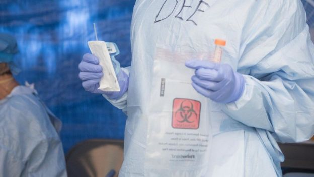 Teste molecular sendo coletado em Nova York