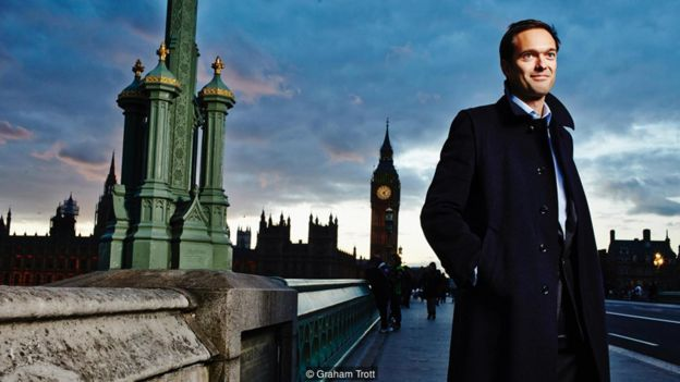 El economista Jan-Emmanuel De Neve en un puente de Londres.