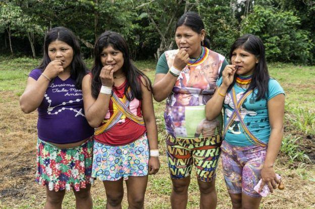 Indígenas experimentando cacau