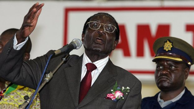 "Umunyagatolika ukomeye, Mugabe yavuze ko amasengesho ye yageze ku Mana kubera ""intsinzwi"" y'abanzi be no kugera ku gufata menshi mu masambu yari afitwe n'abahinzi b'abazungu. Aha hari mu misa i Bulawayo, ku itariki ya gatatu y'ukwa gatatu mu mwaka wa 2008."