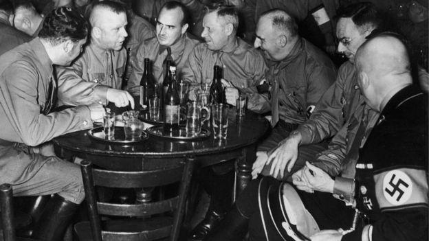 Oficiais nazistas em confraternização