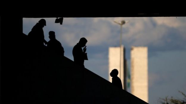 Pessoas em escada rolante em Brasília
