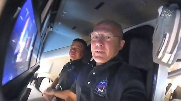 班肯(遠端)與赫利都曾在奮進號航天飛機上執行過太空任務。