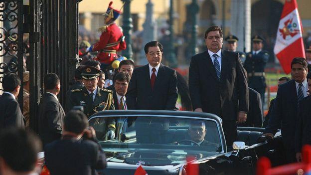 Presidente chino en 2008, Hu Jintao llega sobre un auto descapotado al palacio de gobierno peruano al lado del presidente peruano Alan García.