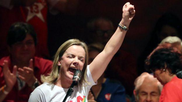 Senadora Gleisi Hoffmann levanta o braço e veste camisa com o nome de Lula