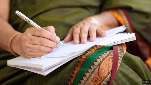 امرأة مسنة تدون ملاحظات