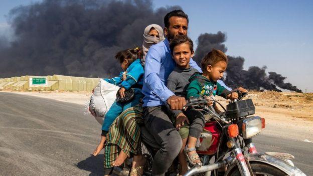 المدنيون في مناطق القتال يهربون بأسرهم