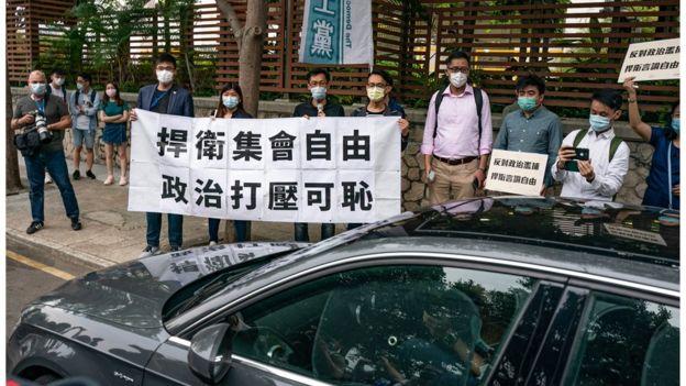 有人在警署外声援被捕民主派人士。