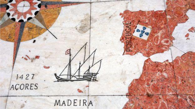 Mapa inscrito em mármore representa caravela circulando no Oceano Atlântico