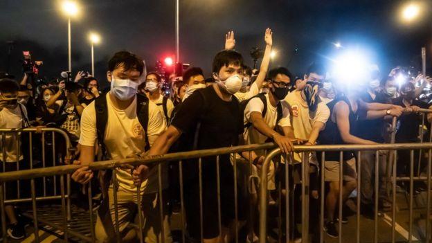 周日的游行后,留守立法会的示威人士与警方爆发冲突。