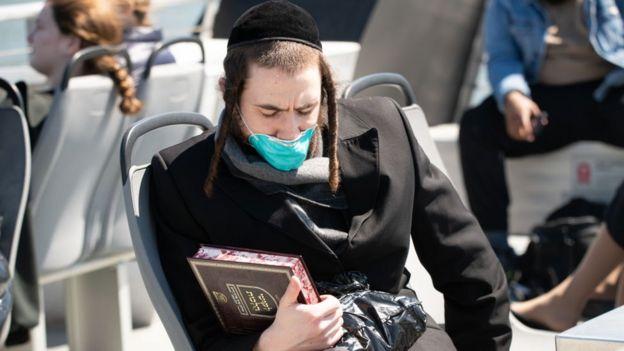 Judío ultraortodoxo con mascarilla en un ferry en Nueva York.