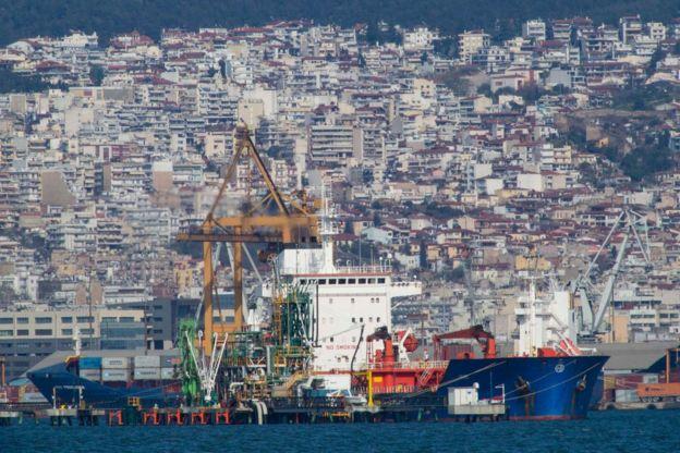 Un barco atracado en un puerto