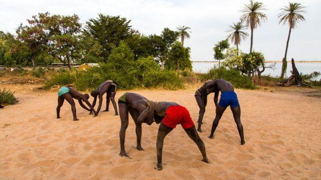 La lutte est un sport qui séduit de plus en plus de jeunes, en raison des avantages financier et de la célébrité qu'elle apporte aux sportifs au Sénégal.