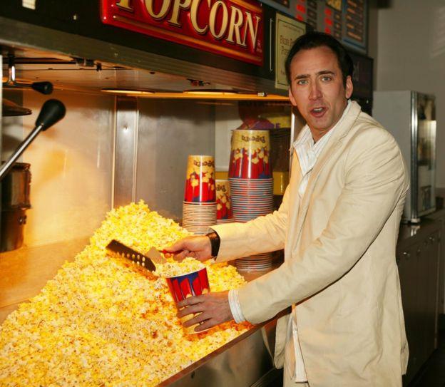 Patlamış mısır dolduran Nicholas Cage