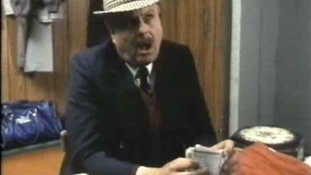 """""""Mae gynnon ni bres Tecwyn! Be am brynnu'r boi bach Bale 'na o Real Madrid?"""""""