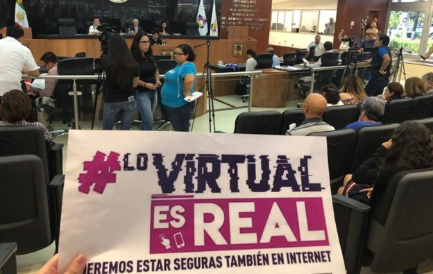 Manifestación en contra del acoso virtual.