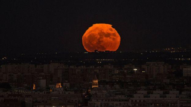 Luna llena rojiza en España.