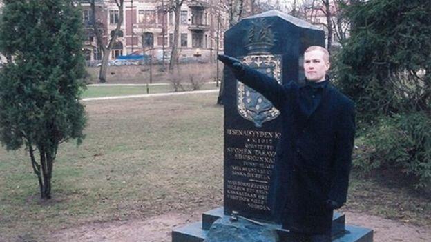 Mikko Vehvilainen em uma saudação nazista