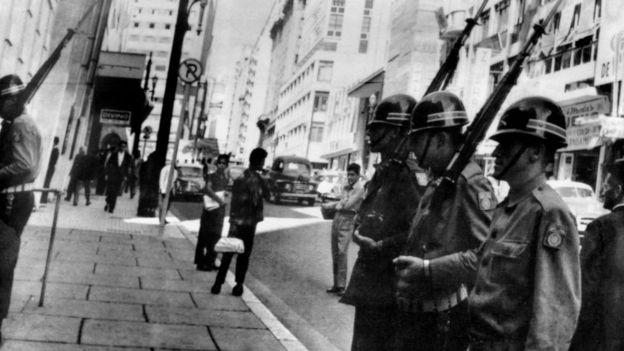 Los militares toman el poder en Brasil en 1964.