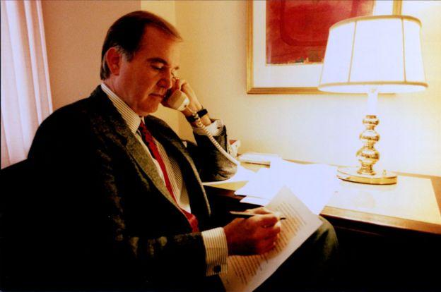 John E. Douglas hablando por teléfono en 1996