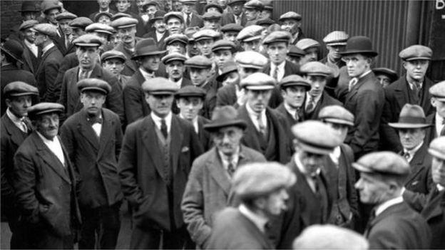 طوابير العاطلين عن العمل خلال الكساد الكبير في ثلاثينيات القرن الماضي