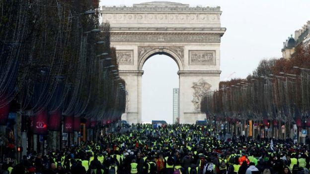 Manifestantes se reúnem na avenida Champs-Elysées no sábado dia 8 de dezembro