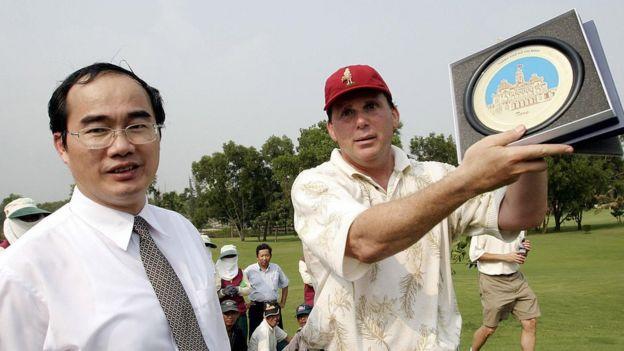 Ông Nguyễn Thiện Nhân và nhà vô địch golf Cary Shuman hồi 2004 tại sân golf Thủ Đức