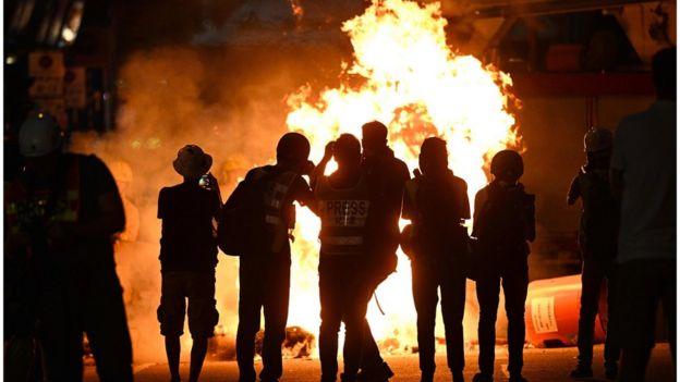 示威者在灣仔道路放火。